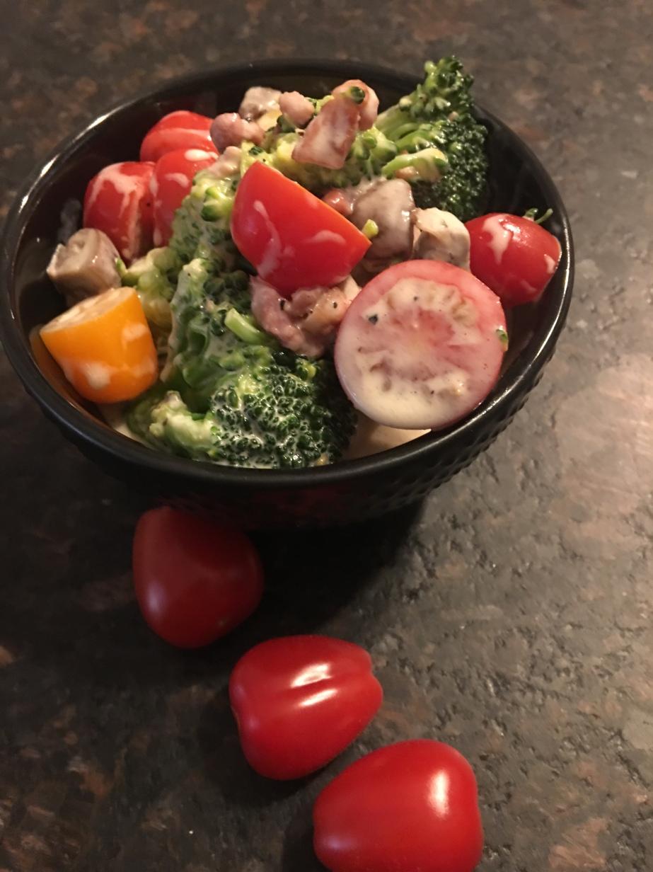 Brokkoli Salat mit Bacon, Champignons und bunten Cocktail Tomaten🍅