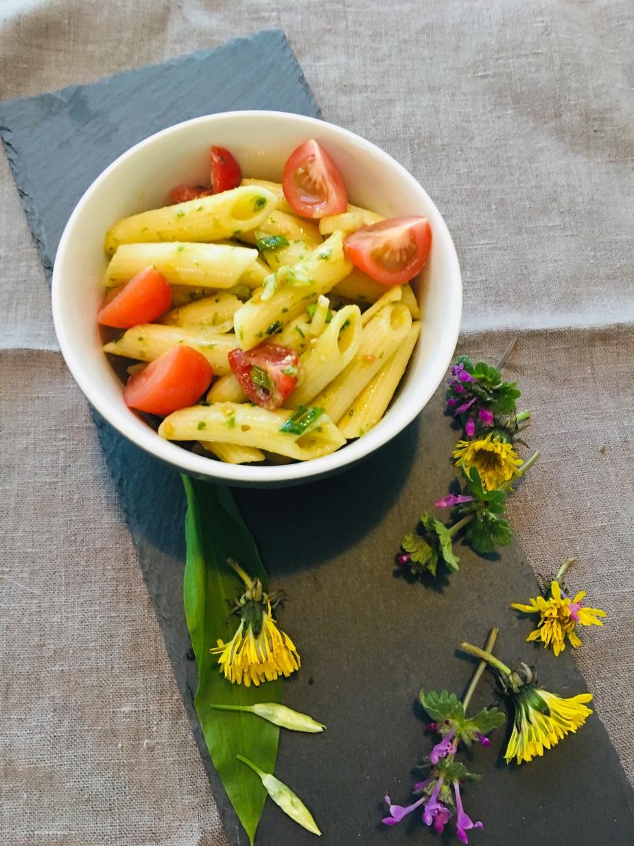 Nudelsalat mit Bärlauch Pesto und BüffelMozzarella